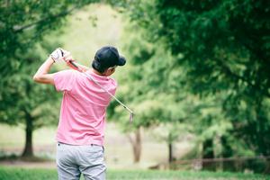 ゴルフ初心者が大切にすべきゴルフクラブの選び方を、ドライバー、ウッド、アイアン、パターなどの種類別で紹介します。